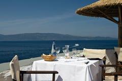 Table de restaurant sur le bord de la mer image libre de droits