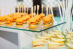 Table de restauration avec des plats et des casse-croûte sur l'événement d'affaires dans le hall d'hôtel Service lors de la réuni Photos stock