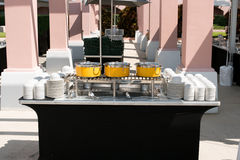 Table de restauration avec les pots jaunes Photo libre de droits