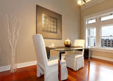 Table de salle à manger élégante mise dans un salon moderne images stock