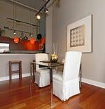 Table de salle à manger élégante mise dans un salon moderne Photos stock
