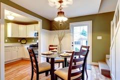 Table de salle à manger admirablement décorée avec le vase argenté et le son sec images stock