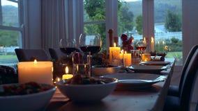Table de salle à manger admirablement décorée pour le dîner de Noël clips vidéos