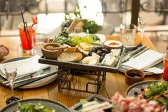Table de salle ? manger avec la nourriture, foyer s?lectif Un restaurant images stock