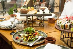 Table de salle ? manger avec de la salade, foyer s?lectif Un restaurant images libres de droits