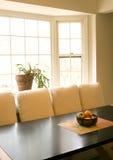 Table de salle à manger avec le bol de fruit Photographie stock