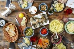 Table de salle à manger de concept de nourriture avec la diverse nourriture, vin, repas, casse-croûte Pâques, Noël, anniversaire, Photo stock