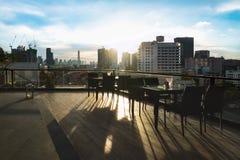 Table de salle à manger de restaurant et vue du bâtiment d'affaires sur la terrasse Photo libre de droits