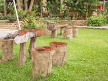 Table de salle à manger et chaise dans le jardin Photographie stock