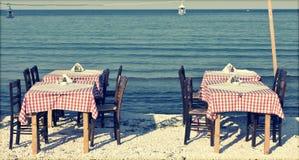 Table de salle à manger et chaises sur la plage - rétro photo dénommée Photographie stock