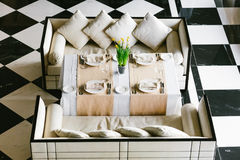 Table de salle à manger et sofas blancs élégants Intérieur minimaliste dans le monochrome Concept noir et blanc Dessus vide de re Photos libres de droits