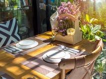 Table de salle à manger mise dans le restaurant avec le soleil romantique photo libre de droits