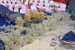 Table de salle à manger occidentale avec la bougie brute, adobe RVB image stock