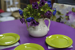 Table de salle à manger pourpre avec les plats verts Images stock
