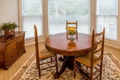 Table de salle à manger ronde dans Sunny Room photographie stock