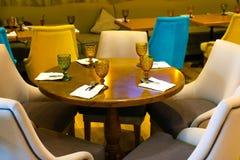 Table de salle à manger ronde dans un restaurant photographie stock