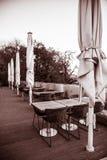 Table de salle à manger sur la terrasse de ville Images stock