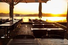 Table de salle à manger sur la terrasse de ville Image stock