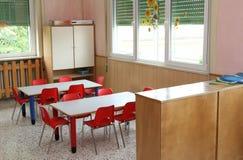 Table de salle de classe et petites chaises dans le jardin d'enfants Photographie stock libre de droits