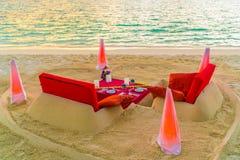 Table de salle à manger sur la plage à l'île tropicale des Maldives Photographie stock