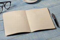 Table de siège social avec le carnet ouvert avec les pages vides Images stock
