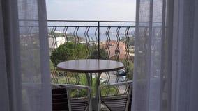 Table de thé sur la terrasse de la chambre d'hôtel donnant sur la baie 4K banque de vidéos