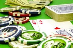 Table de tisonnier avec des puces, argent et cartes de jouer Image libre de droits