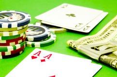 Table de tisonnier avec des puces, argent et cartes de jouer Photo libre de droits
