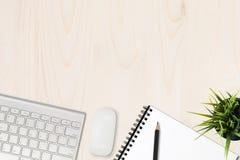 table de travail avec l'ordinateur de bloc-notes d'en haut Image libre de droits