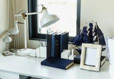 Table de travail avec la lampe, le crayon et les livres Photos libres de droits