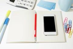 Table de travail avec le carnet et le téléphone vides Images stock