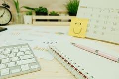Table de travail avec le clavier, stylo, papier de carnet, graphique d'infos, horloge Image stock