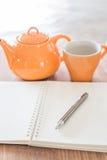 Table de travail avec le thé chaud Photos stock