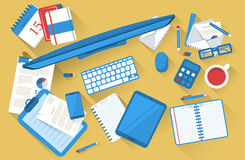 Table de travail d'étudiants plate avec l'ombre Photographie stock