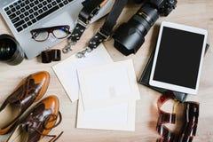 Table de travail de hippie de photographie mise avec l'ordinateur, le comprimé, le film, les lentilles, les approvisionnements et Photographie stock