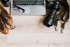 Table de travail de hippie de photographie mise avec l'ordinateur, le comprimé, le film, les lentilles, les approvisionnements et Photos stock