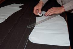 Table de travail du tailleur avec le tissu Image stock