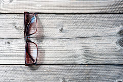Table de travail en bois de foyer mou avec des verres, Photo libre de droits