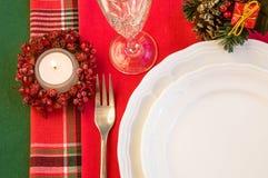 Table de vacances avec les décorations de Noël et la bougie brûlante Photo stock