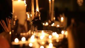 Table de vacances de Halloween avec des bougies banque de vidéos