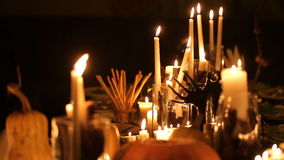 Table de vacances de Halloween avec des bougies et des potirons banque de vidéos