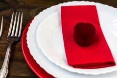 Table de vacances de portion, cuillère, fourchette, couteau, plats blancs Image stock