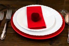 Table de vacances de portion, cuillère, fourchette, couteau, plats blancs Image libre de droits