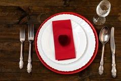 Table de vacances de portion, cuillère, fourchette, couteau, plats blancs Photos libres de droits