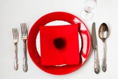 Table de vacances de portion, cuillère, fourchette, couteau, plats blancs Photographie stock