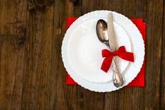 Table de vacances de portion, cuillère, fourchette, couteau, plats blancs sur un courtiser Photos libres de droits
