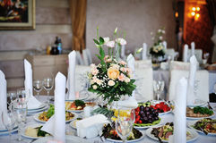 Table decorated with flowers wedding dinner Royalty Free Stock Photos