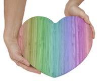 Table des messages en bois de coeur d'amour colorée par arc-en-ciel Photographie stock libre de droits