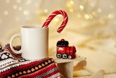 Table des symboles de célébration de Noël de tasse de cacao de café photo libre de droits