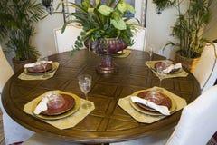 Table dinante à la maison de luxe. Photographie stock libre de droits